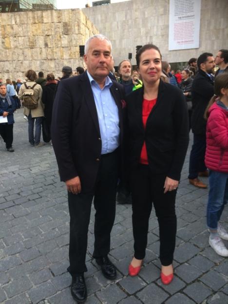 Das Bild zeigt die Generalkonsulin des Staates Israel in München, Sandra Simovich, und Dr. Ludwig Spaenle bei der Solidaritätskundgebung vor der Synagoge in München.
