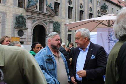 Die beiden Bilder zeigen Dr. Spaenle im Gespräch mit Teilnehmern des Israelta-ges