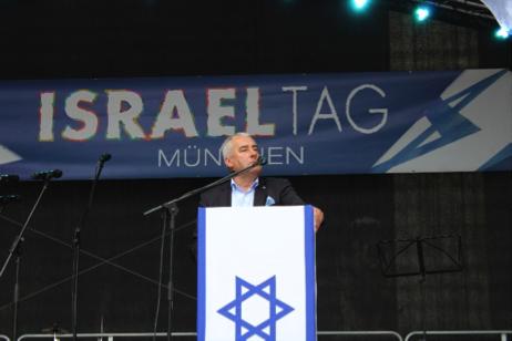 Das Bild zeigt den Beauftragten bei seiner Ansprache auf der Tribühne.